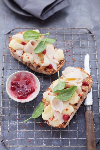 Gegrillte Brotscheiben mit Birnen & Preiselbeeren