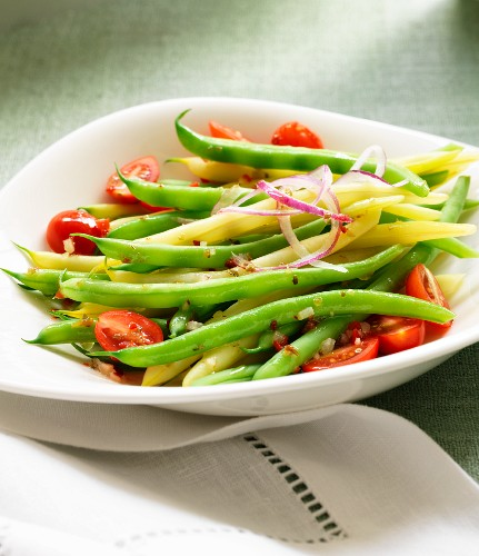 Bean salad with tomatoes and onions