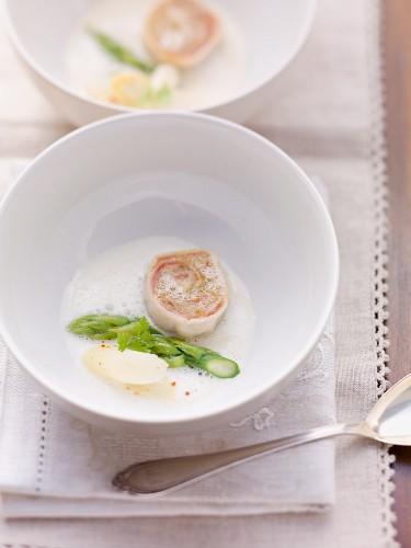 Spargelsuppe mit Roulade aus Spanferkel und Sauerkraut