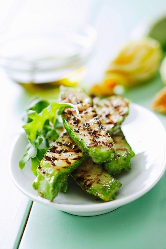 Grilled, marinated courgettes with rockets