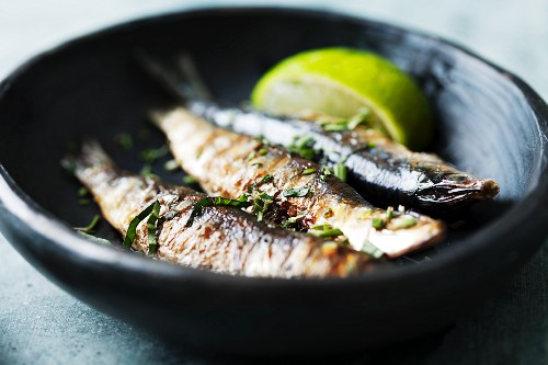 Grilled sardines with lemons