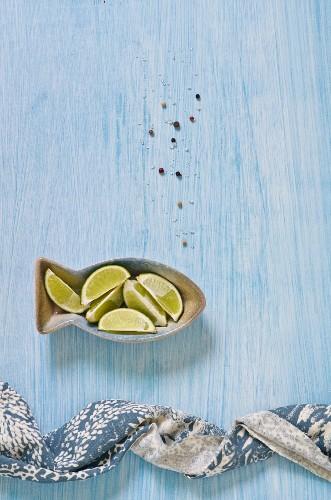 Limettenschnitze und Gewürze