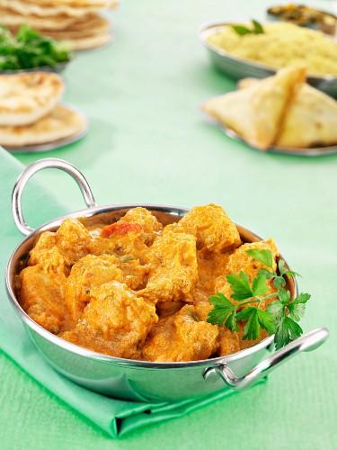 Hähnchen Korma mit Samosas und Naan-Brot (Indien)