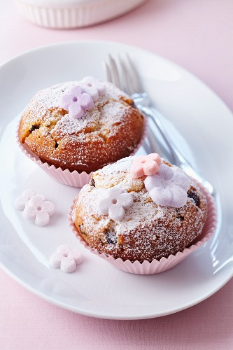 Muffins with icing sugar and sugar flowers