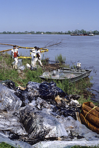 Oil spill clean up on Mississippi River