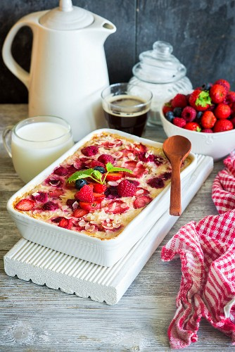 Healthy sugar-free, gluten-free baked oatmeal with berries