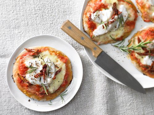 Mini spelt pizzas with pike-perch fillet and tomato strips
