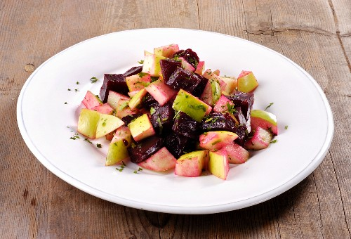 Beetroot salad with green apples