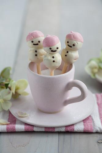 Cake-Pop-Schneemänner aus Stollen mit Kuvertüre in Zuckertasse