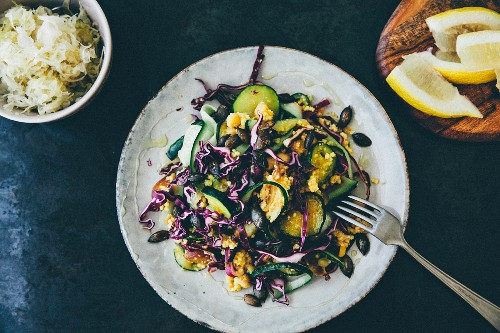 Red cabbage salad with courgette