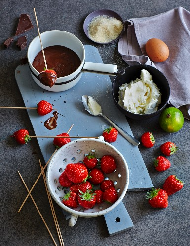 Ingredients for chocolate fondue with strawberries (low carb)