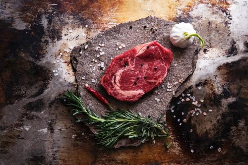 Rindersteak, Salz, Knoblauch, Chilischote und Kräuter