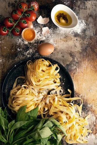 Bandnudeln, Tomaten, Kräuter und Eier