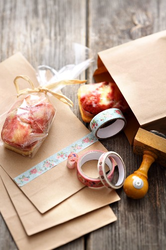 Mini cakes to give as gifts in decorated paper bags