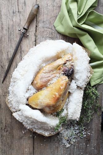 Perlhuhn aus der Salzkruste zu Ostern