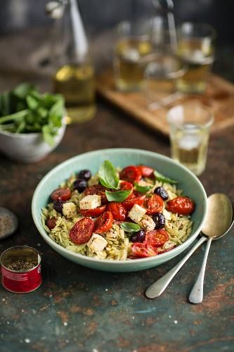Rosmarinnudeln mit gebratenen Tomaten, Feta und Oliven