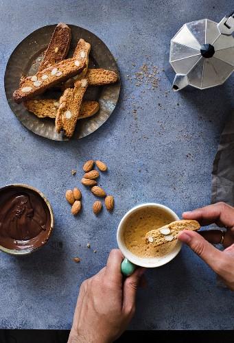 Vollkorn-Mandelbiscotti mit Kaffee