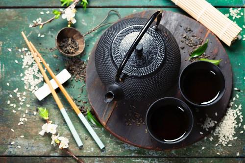 Chineser Tee-Set und Essstäbchen auf rustikalem Holztisch