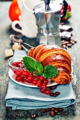 Frühstück mit Croissant, Marmelade und Kaffee