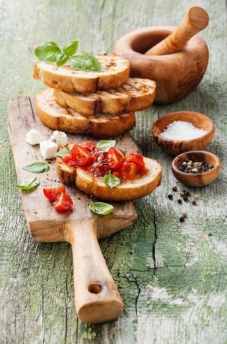 Bruschetta mit gehackten Tomaten, Basilikum und Öl auf gegrilltem Brot