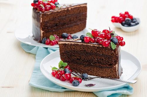 Sacher-Torte mit Beeren auf Tellern