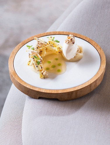 Beeswax with flower pollen, quince and cereal ice cream from the 'Johanns' restaurant in Waldkirchen, Bavaria, Germany