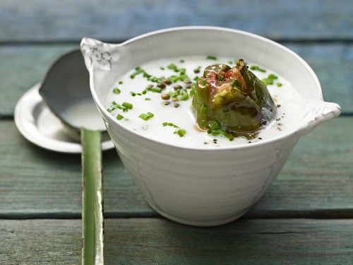 Green pepper soup with baked figs