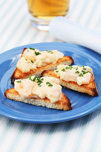 Toast with prawns and chives