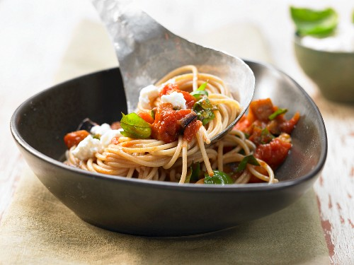 Aubergine spaghetti with tomatoes, ricotta and basil
