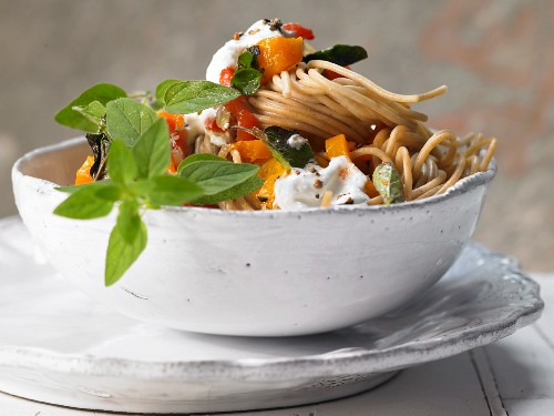 Spaghetti with red pepper and soft goat's cheese
