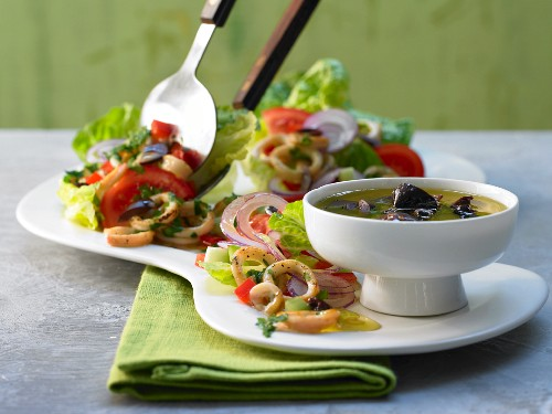 Griechischer Tintenfischsalat mit Gurke und Paprika