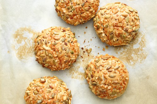Spelt and carrot crusty rolls gratinated with cheese