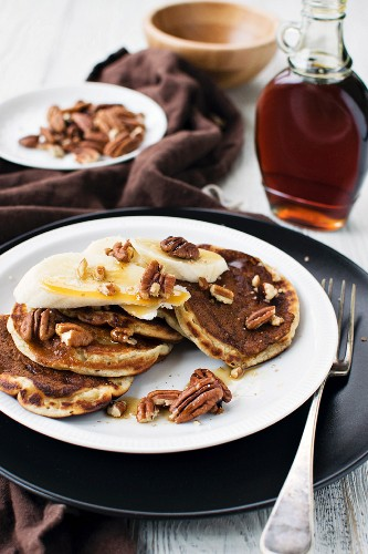 Pancakes with bananas, maple syrup and pecans