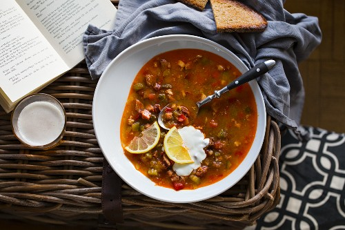 Solyanka soup with sour cream and lemon