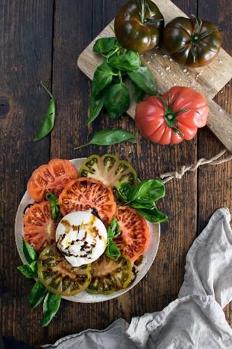 Tomatensalat mit Burrata und Basilikum