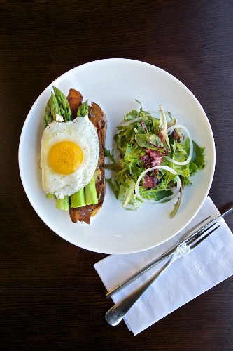 Bacon, asparagus, fried egg and salad for breakfast (USA)