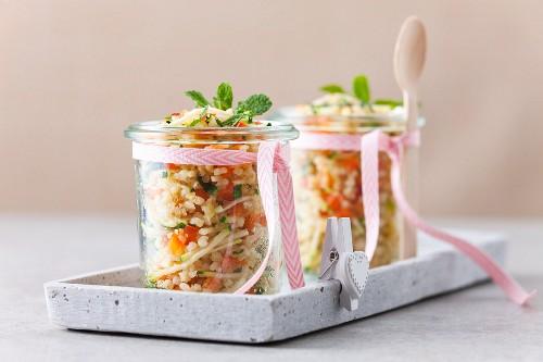 Gemischter Getreide-Gemüse-Salat im Glas