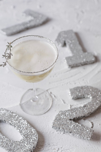A White Lady cocktail with New Year's Eve 2017 decorations