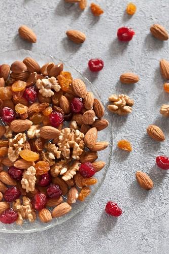 Nüsse und Trockenfrüchte auf Glasteller
