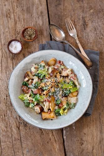 Speck-Knöpfle mit Wirsing und Pilzen, mit Parmesan bestreut