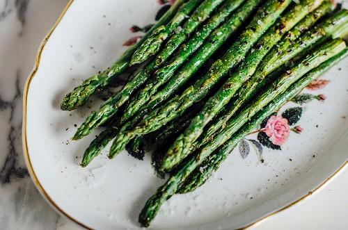 Green asparagus cooking a la plancha