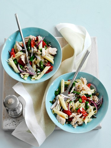 Warm pasta salad with tuna, peppers and lemon