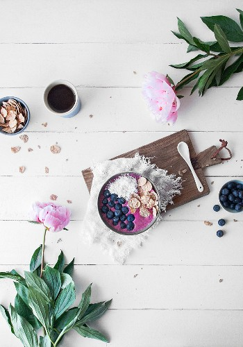 A smoothie bowl with blueberries and buckwheat flakes (seen from above)