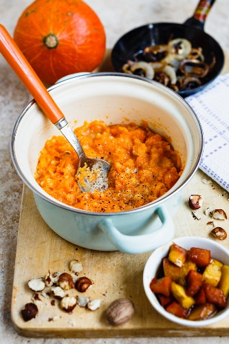 Pumpkin mash with caramelised apples, pumpkin pieces and fried onions
