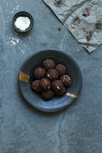 Chocolate and pine nut pralines with coconut (low-carb)