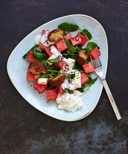 Salat mit Wassermelone, Feta, Spinat und Falafel (Libanon)