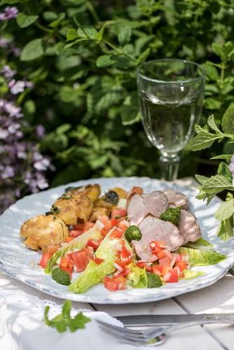 Schweinelende mit Chimichurri, Kartoffeln und Criollo-Salat