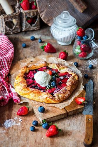 Pie with strawberries, blueberries and ice cream
