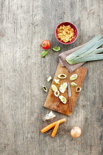 Vegetable soup and its ingredients (carrot, onion, leek and tomato)