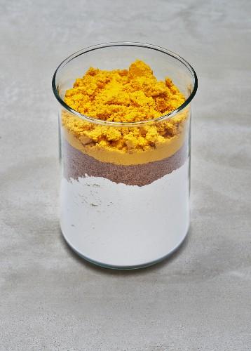 A dry baking mixture for an algae gugelhupf in a glass jar